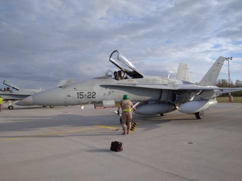 Las tripulaciones de tierra ponen los topes a los F-18 tras tomar tierra en Siualai