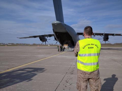 Los equipos de tierra en Siaulai reciben a los hombres y el material recién llegado