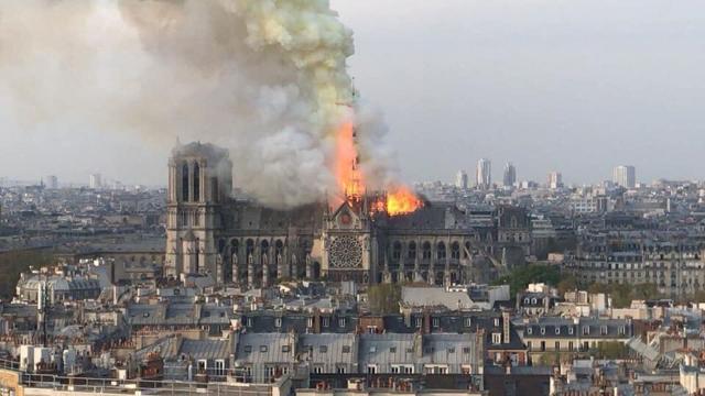 Comienza la eliminación de los andamios que yacen debajo de la Catedral de Notre Dame.