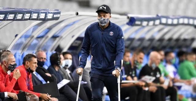 Kylian M'Bappé masqué et en béquilles. (Ligue 1)