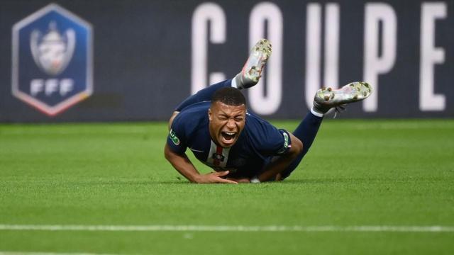 Kylian M'Bappé se blessant face à l'As Saint-Étienne. (Getty Images)