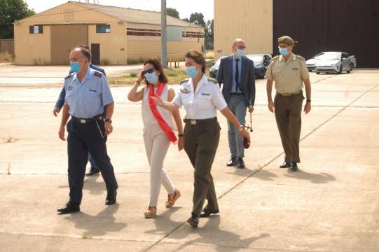 La Tte. Col. jefe de la UMAER guía a la ministra a uno de los aviones de la unidad