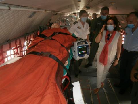 Los oficiales de la UMAER muestran a la ministra en modo de transportar heridos con seguridad en el avión