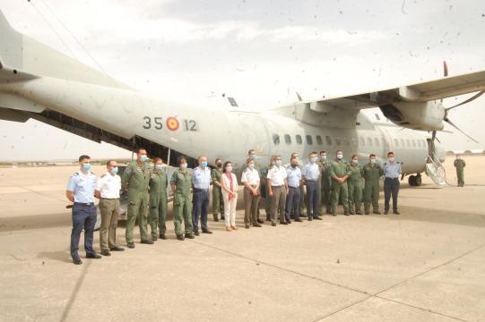 Ministra y miembros de la UMAER posan frente a un C-295 medicalizado