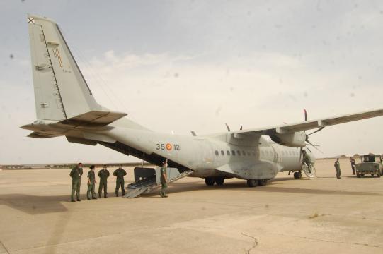 Un C-295 medicalizado espera con su tripulación a píe de pista