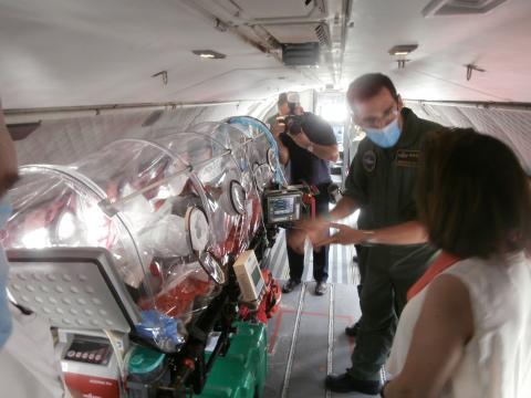 Un capitán de la UMAER expone las características de una cámara estanca para el transporte de heridos