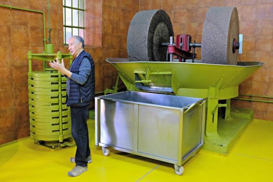 Les ateliers artisanaux de production des huiles d'olive Segermès, dans le moulin de Mounir Boussetta,autonome de la cueillette à l'embouteillage