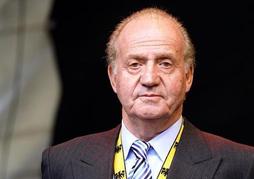 Juan Carlos I, con más de cuarenta años al frente del trono de España, abandona el país, bajo sospecha de corrupción.