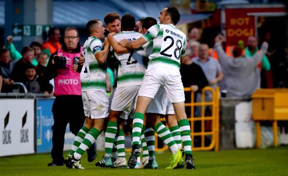 Alcuni giocatori dello Shamrock Rovers che esultano dopo un gol segnato.