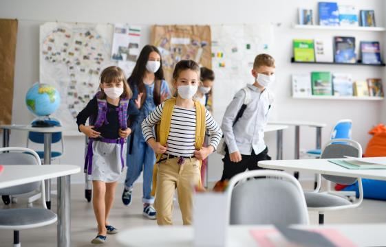 Pediatras y epidemiólogos alertan sobre la capacidad de los niños de transportar contagios de coronavirus a sus casas.