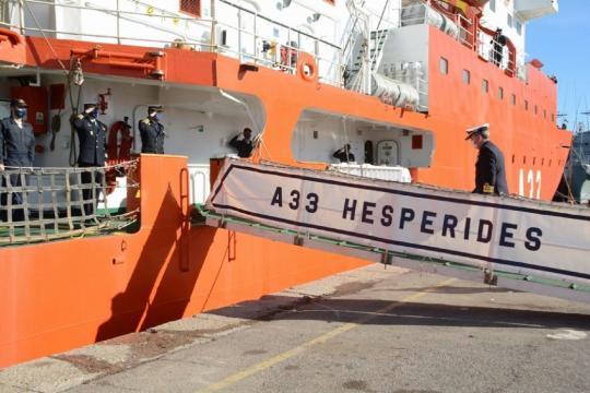El almirante jefe de Acción marítima accede al Hesperides antes de darse la orden de zarpar