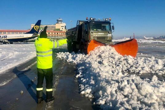 Efectivos de la UME se encargaron de limpiar el aeropuerto de Barajas usando lo mejor de su arsenal