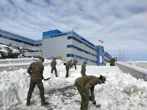Efectivos del ET limpian de nieve los accesos al hospital de San Chinarro en Madrid