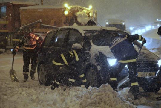 El auxilio a coches atrapados ha sido una de las principales tareas acometidas durante la ventisca