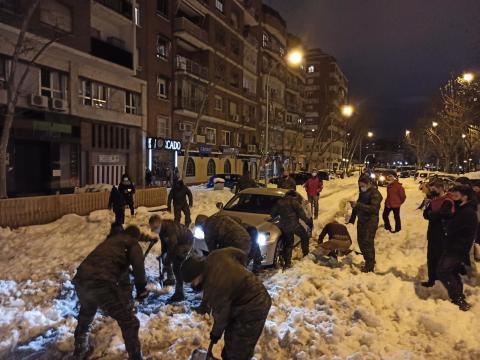 El auxilio de los militares a coches atrapados también se dio en el casco urbano de Madrid
