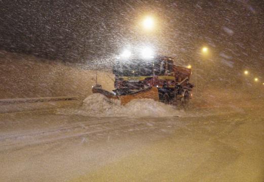 Los vehículos especializados han sido vitales para abrir caminos en las carreteras colapsadas por la nieve