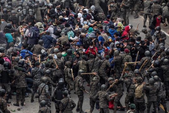 Crisis Migratoria: Policía de Guatemala hace retroceder a caravana de migrantes. - prensaobjetiva.com