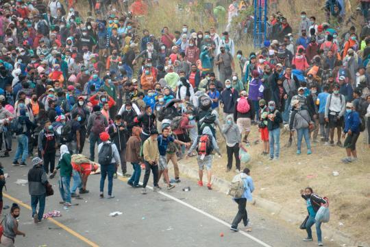 Ejército y Policía de Guatemala frenan caravana migrante. - guatevision.com