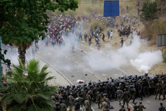 Frenan con palos y bombas lacrimógenas a caravana migrante en Guatemala. - vocesele.com