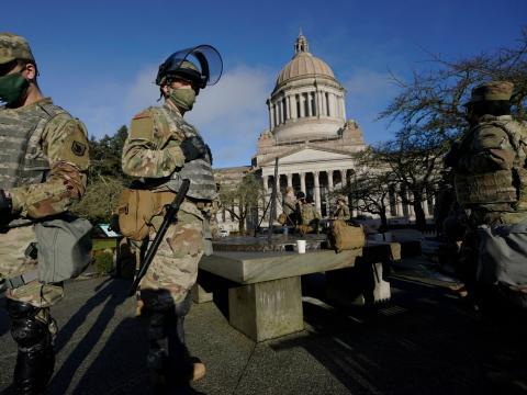 Tropas armadas resguardan Washington.