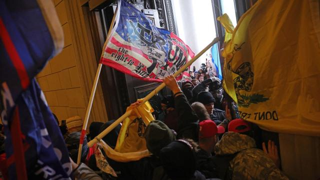 4 fallecidos y más de 50 detenidos por el asalto al Capitolio