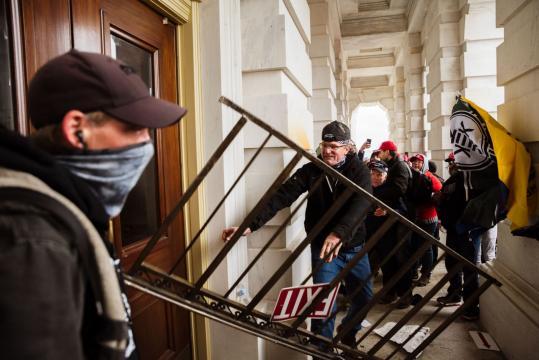 La actuación de la policía en el asalto al Capitolio - yahoo.com