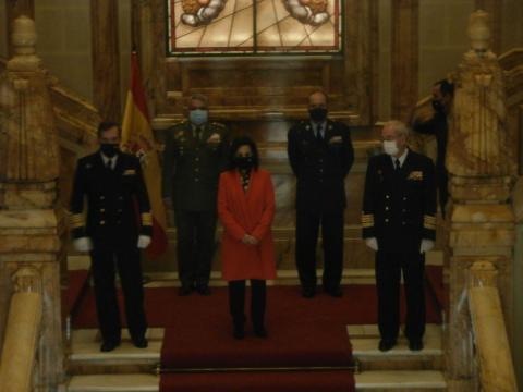 La ministra rodeada de la cúpula militar al completo