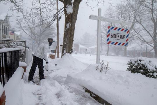 Autopistas de la región noreste de Estados Unidos están bloqueadas por grandes cantidades de nieve.