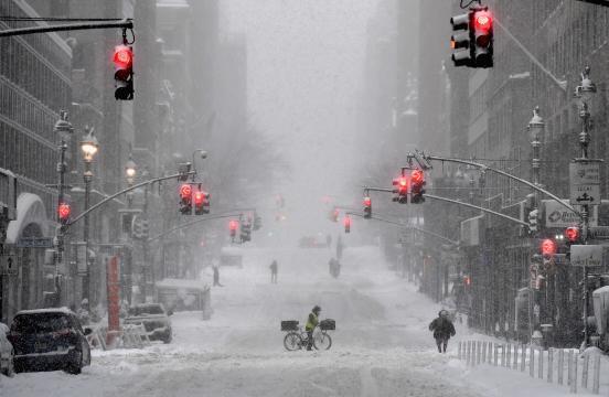Inmensa nevada azota a Nueva York, las escuelas permanecen cerradas.