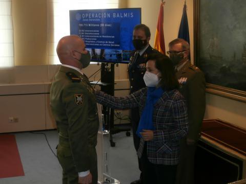 La ministra Robles condecora a un cabo 1º destacado en la lucha contra el coronavirus