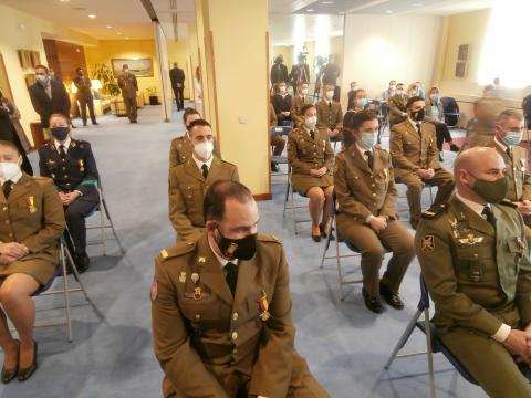 Los militares de tropa condecorados con la medalla de la Operación Balmis atienden en la ceremonia