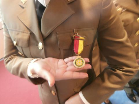 Una soldado galardonada muestra el detalle de su condecoración