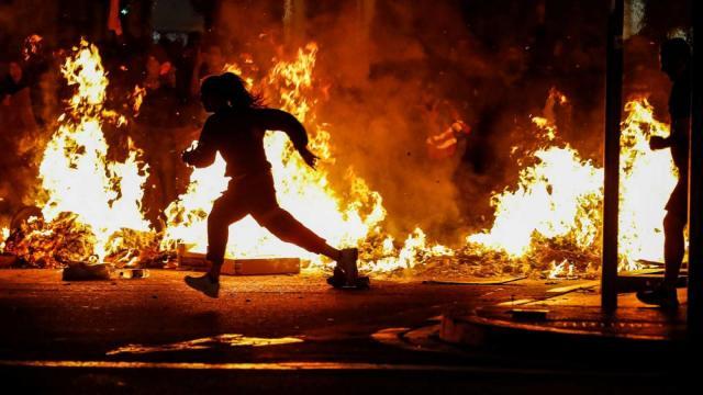 Un immagini degli incendi seguiti alle violenze in strada che dal 20 febbraio scoppiano ogni sera a Barcellona (Foto di RTVE.es)