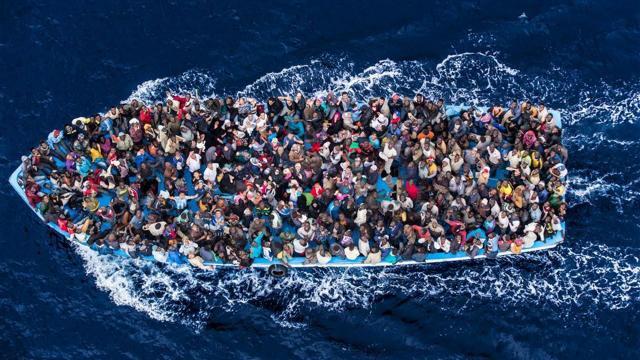 L'immagine di una nave carica di migranti nelle acque atlantiche che naviga versore Canarie ( vita.it