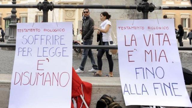 Manifestazione a Roma per chiedere una legge sulla morte assistita che manca in Italia.
