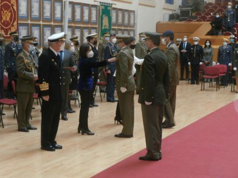 24 militares y funcionarios civiles fueron condecorados con la medalla