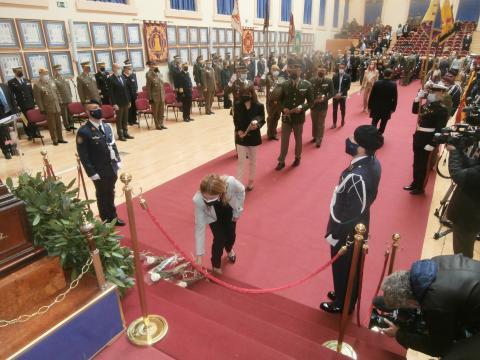 Familiares de militares y funcionarios civiles de defensa depositan una rosa blanca en recuerdo a los muertos (Foto Antonio Rodríguez Jiménez)