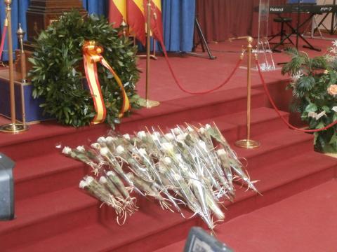 Las rosas blancas quedan como homenaje a las victimas civiles y militares del coronavirus (Foto Antonio Rodríguez Jiménez)