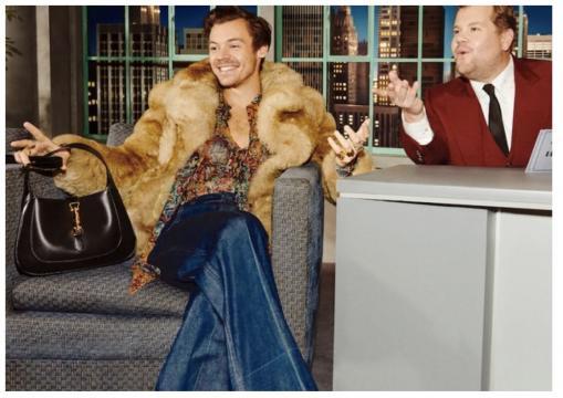 Harry Style con James Corden al #GucciBeloved Talk Show.