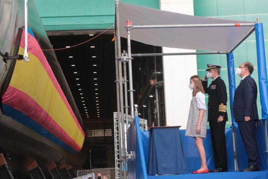 Instante en que la botella de vino lanzada por la Princesa Leonor se rompe contra el casco, bautizando al navío. (Foto MDE)