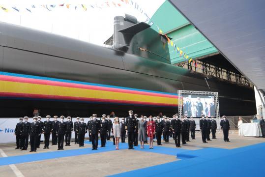 La Familia Real posa junto a la dotación del nuevo submarino S-81 'Isaac Peral'. (Foto MDE)