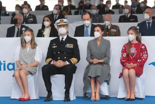 Los reyes y sus hijas en un momento de la ceremonia. (Foto MDE)