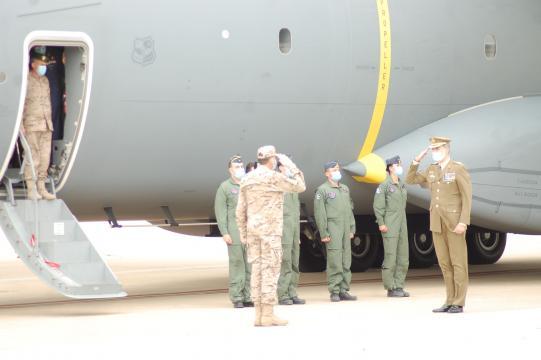 El Rey Felipe VI saluda a los últimos soldados españoles procedentes de Afganistán (Foto: Antonio Rodríguez)