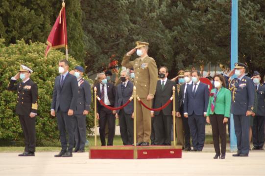 El rey, presidente y ministra son recibidos al acto (Foto: Antonio Rodríguez)