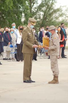 El Rey recibe la última bandera española que ondeó en Kabul (Foto: Antonio Rodríguez)