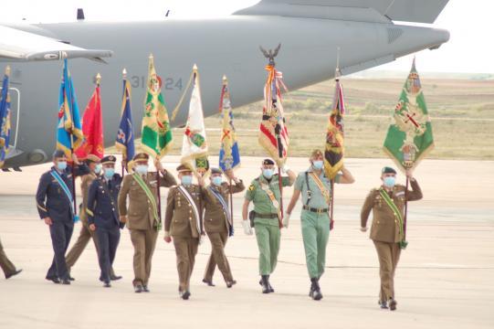 Los estandartes de las unidades que prestaron misión en Afganistán se dirigen a la formación (Foto: Antonio Rodríguez)