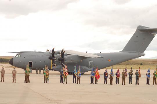 Los estandartes frente al A-400 que trajo al último contingente (Foto: Antonio Rodríguez)