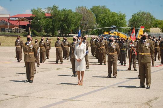 Foto de grupo de la Reina con personal de la unidad tras cerrar el acto (Foto: Antonio Rodríguez)