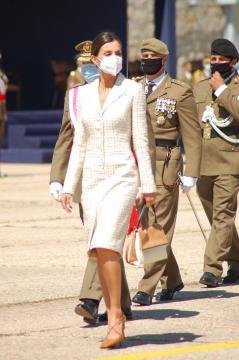La Reina pasa revista a las tropas (Foto: Antonio Rodríguez)