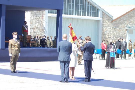 Los alcaldes de Colmenar Viejo y Tres Cantos ofrecen la bandera a la Reina (Foto: Antonio Rodríguez)